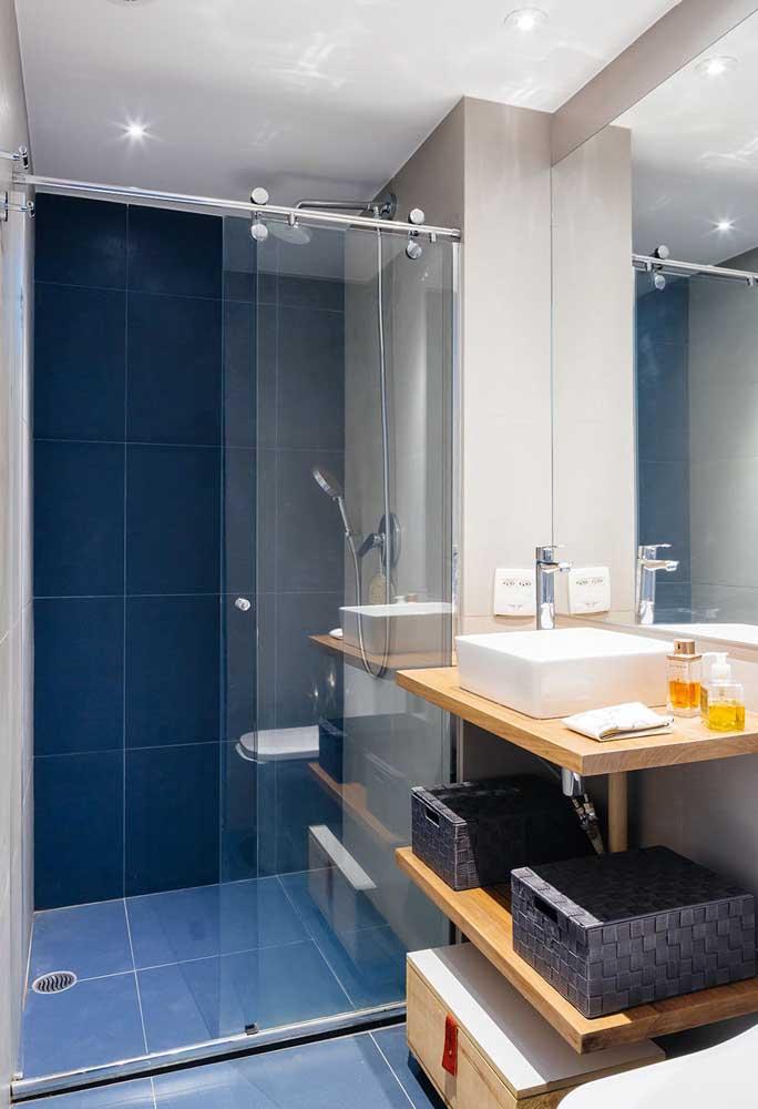 Aqui, o azulejo azul do banheiro foi aplicado apenas na parede do box, reforçando uma estética que vem sendo cada vez mais utilizada