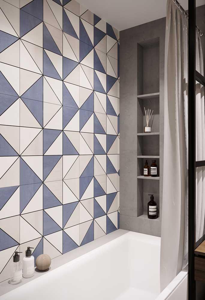 Azulejos de banheiro geométricos em cores diferentes, completando um visual contemporâneo para o ambiente
