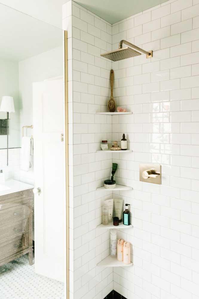 Azulejo de metrô branco para o banheiro simples, perfeito para quem deseja manter o visual clean, sem abrir mão de um design contemporâneo