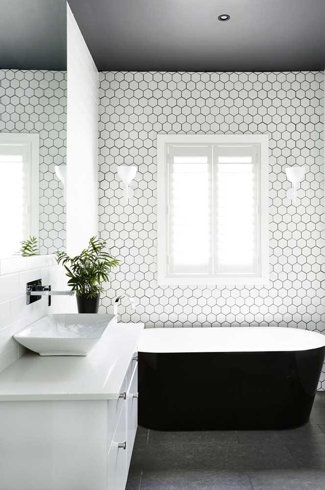 Mesmo branco, esse azulejo de banheiro se destaca pelo formato de suas peças; repare que ele foi aplicado apenas em uma das paredes do banheiro