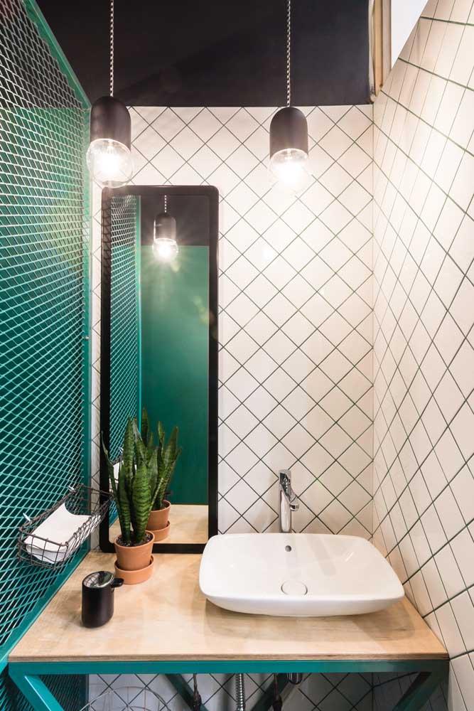 Banheiro moderno com dois tipos de azulejo protagonizando o design do ambiente