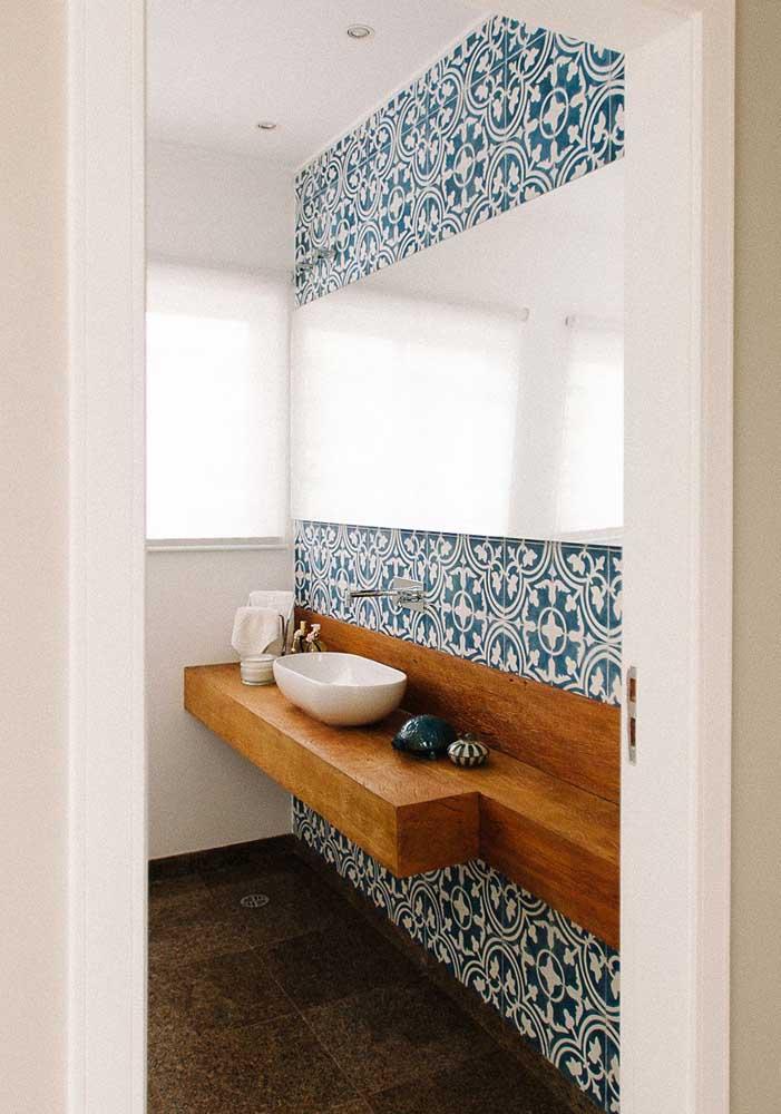 Que linda inspiração de azulejos em estilo português para o banheiro