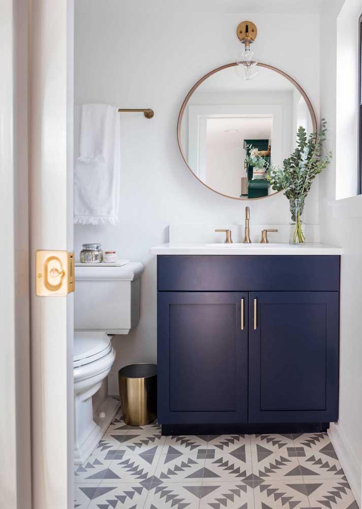 Azulejos de banheiro brancos são ótimas opções quando o piso escolhido é desenhado ou traz cores fortes