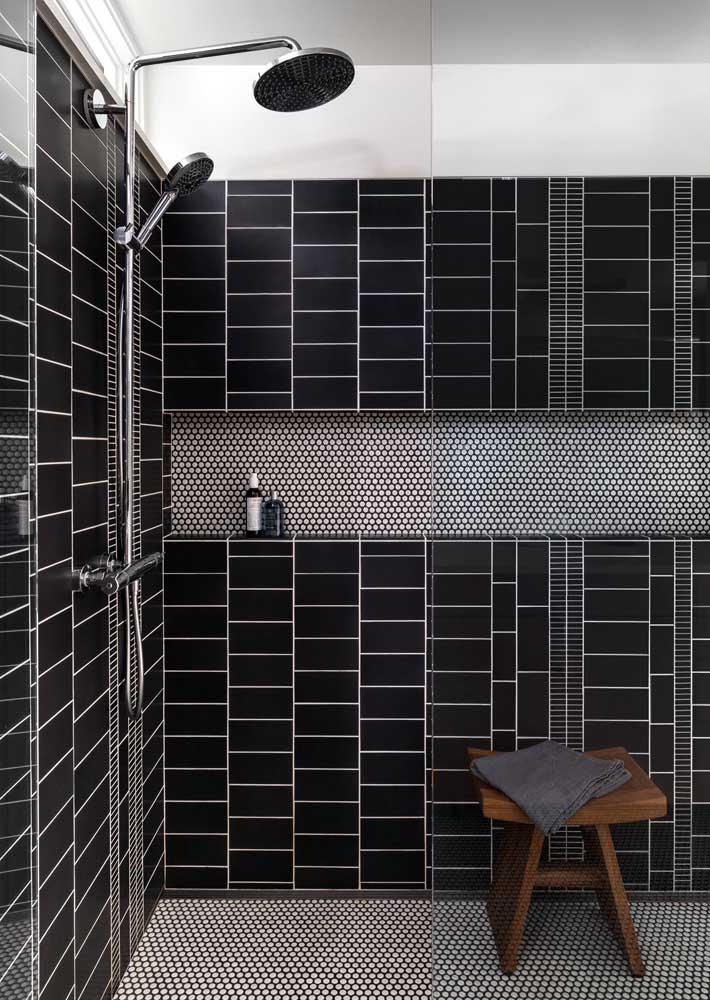 Que estilo incrível! Esse banheiro super moderno trouxe peças na cor preta para os azulejos que foram aplicados em formatos diferentes