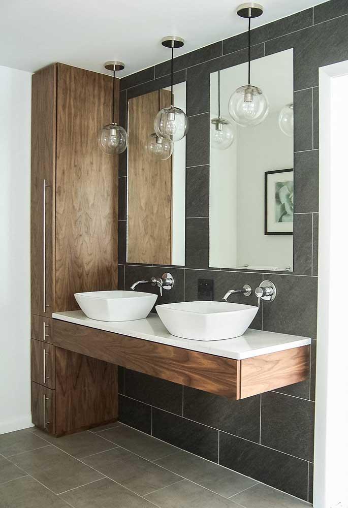 Banheiro moderno com azulejos cinza escuro aplicados apenas na parede da pia