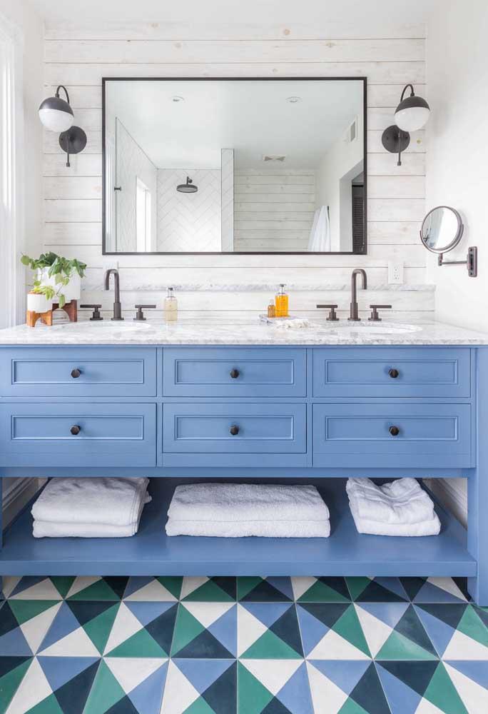Para combinar com as cores fortes escolhidas para este banheiro, nada melhor que os azulejos brancos