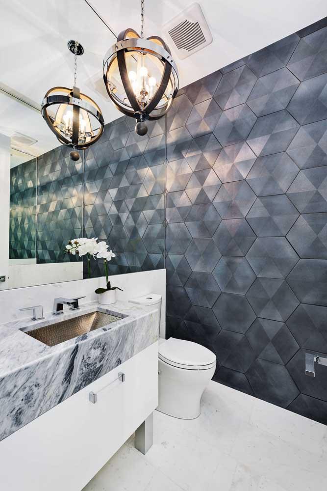 O azulejo deste banheiro trouxe um tom metalizado para combinar com o estilo moderno