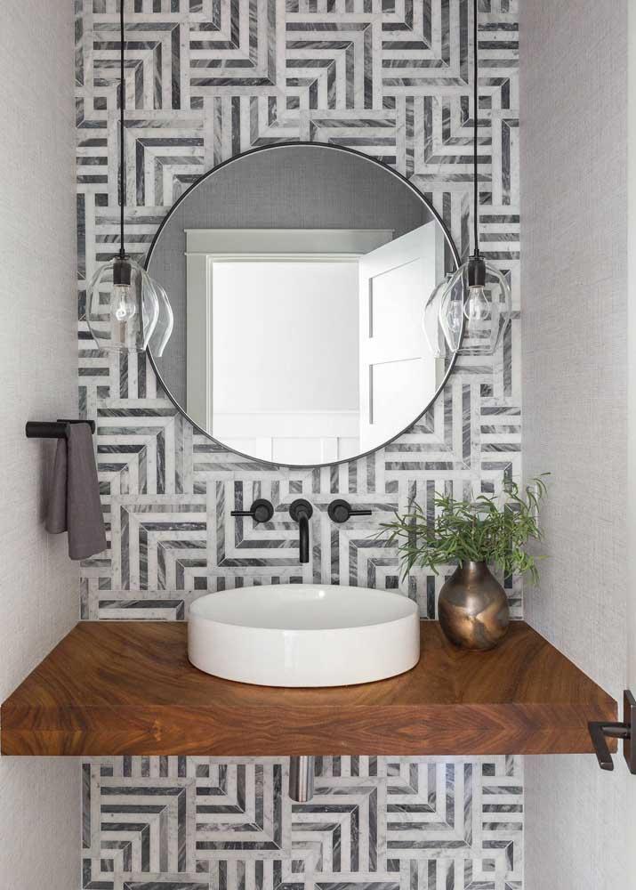 Azulejo de banheiro em estampa diferenciada para compor a pequena parede da pia