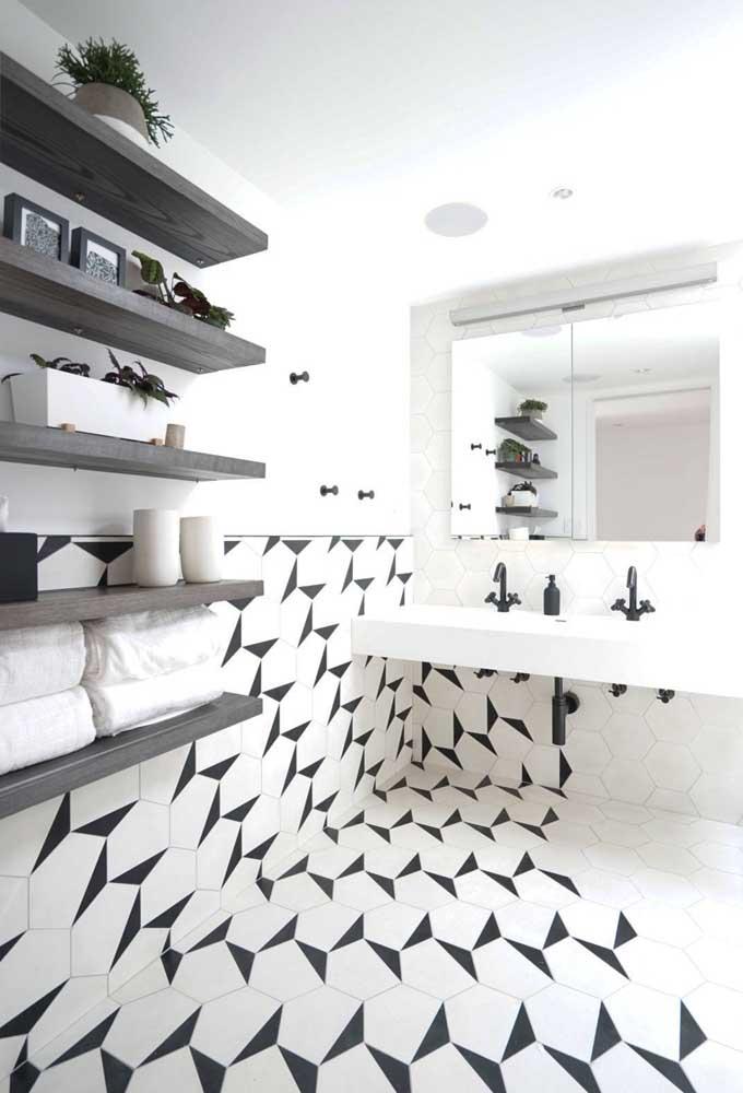 Aplicação super moderna e diferente para este banheiro, com azulejos que vão pelo chão também
