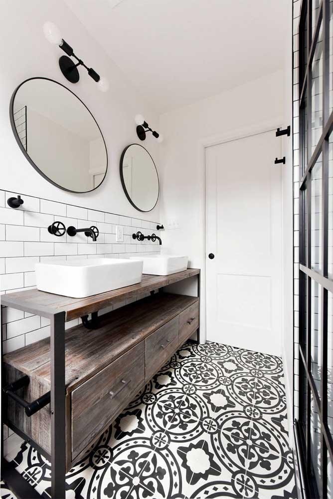 Banheiro em branco e preto, com azulejos brancos aplicados apenas na metade inferior da parede
