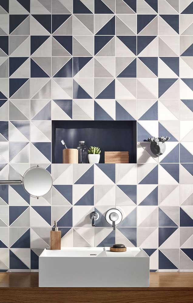 Opção moderna de azulejo para banheiro em formato geométrico com três cores diferentes
