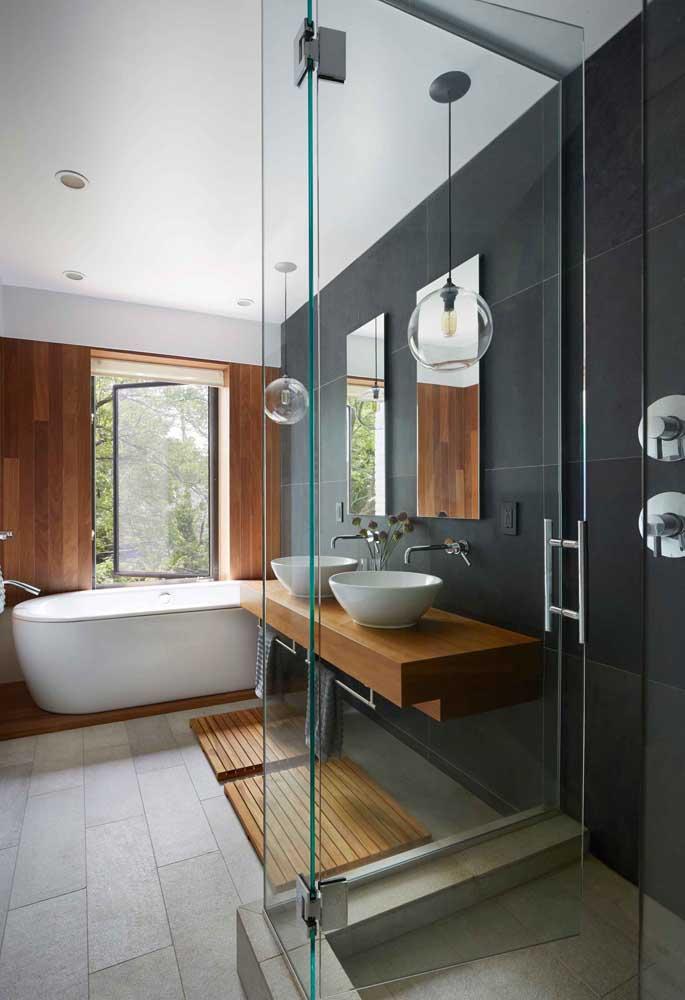 O banheiro moderno ficou lindo com a escolha do azulejo fosco preto aplicado em apenas uma parede do ambiente