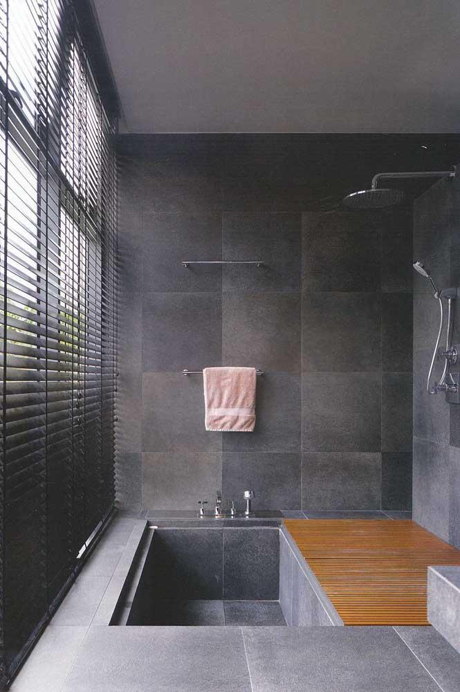 Azulejo de banheiro que imita pedras combinando com o piso