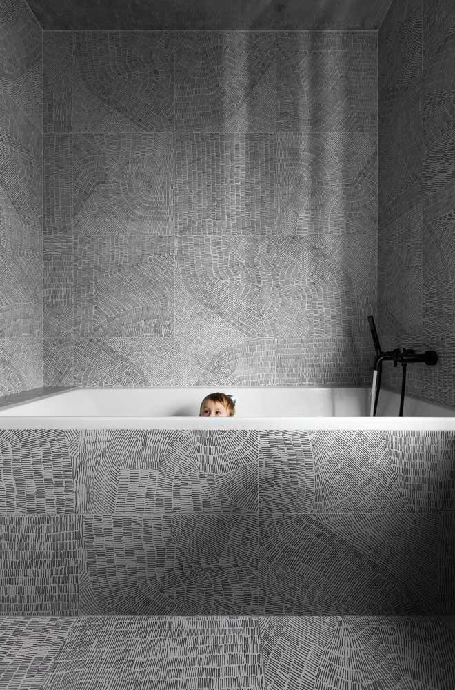 Tons de cinza formam o desenho abstrato desse azulejo de banheiro