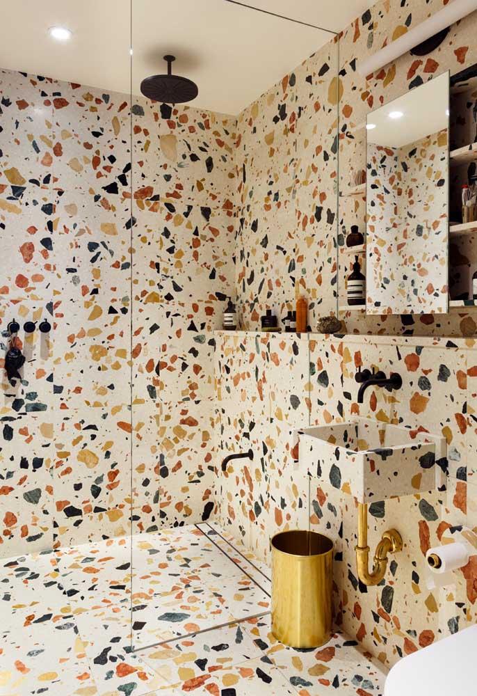Você pode usar o revestimento na parede estampado para deixar o banheiro mais colorido, principalmente, na área do box.