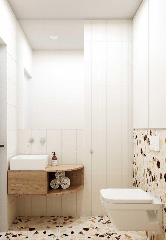 Em outro ponto do banheiro, você pode aplicar um revestimento mais clean para deixar o ambiente mais iluminado