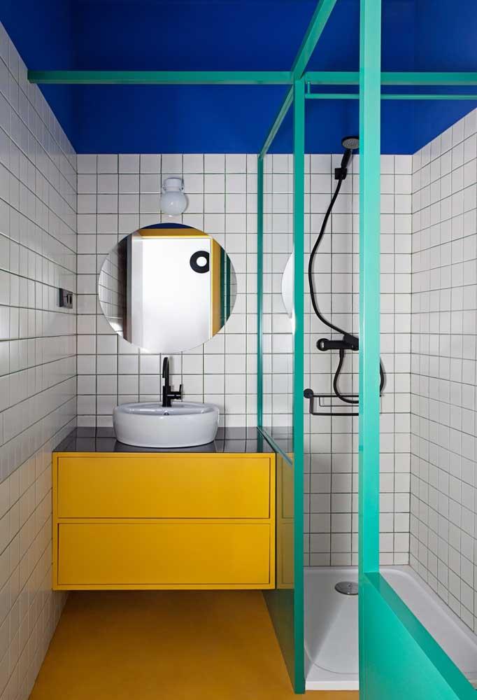 Uma mistura de cores fortes pode ser uma opção para quem deseja apostar em um banheiro nada discreto.