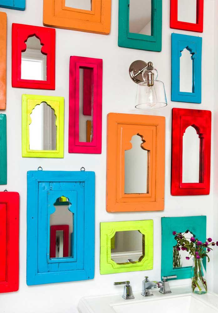 O colorido no banheiro pode está presente apenas nos objetos decorativos, destacando o ambiente.