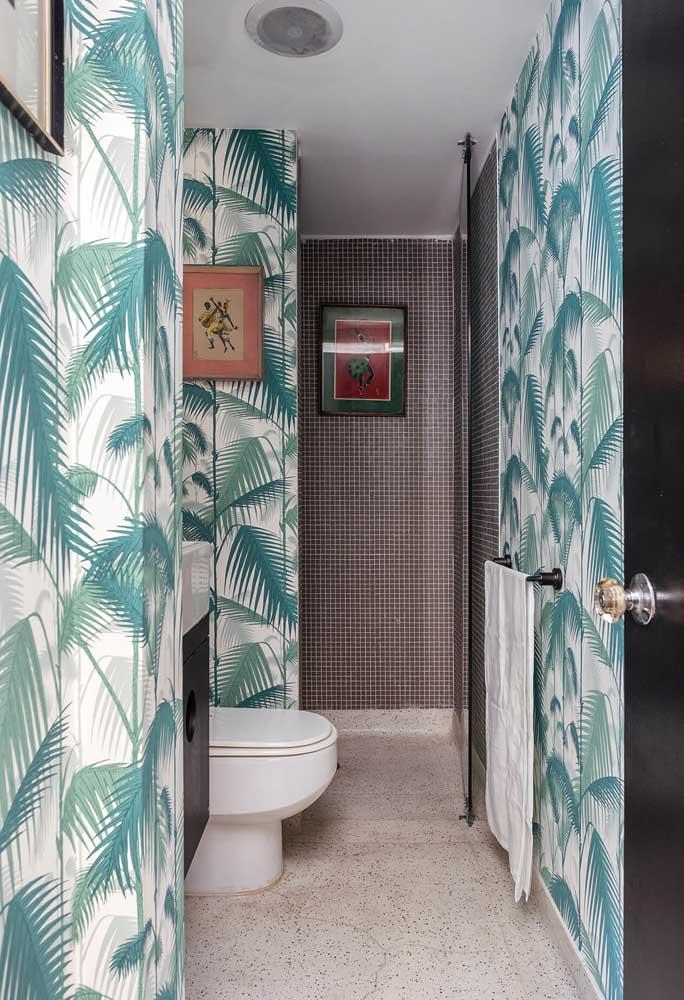 Para os amantes da natureza, vale apostar em papel de parede com desenhos de folhas em toda a área do cômodo.