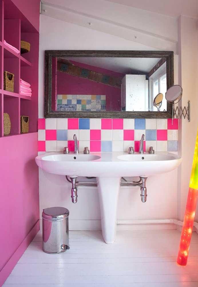 O revestimento colorido para banheiro está presente nos azulejos próximo da pia. Para completar a decoração, o móvel segue um dos tons dos azulejos.