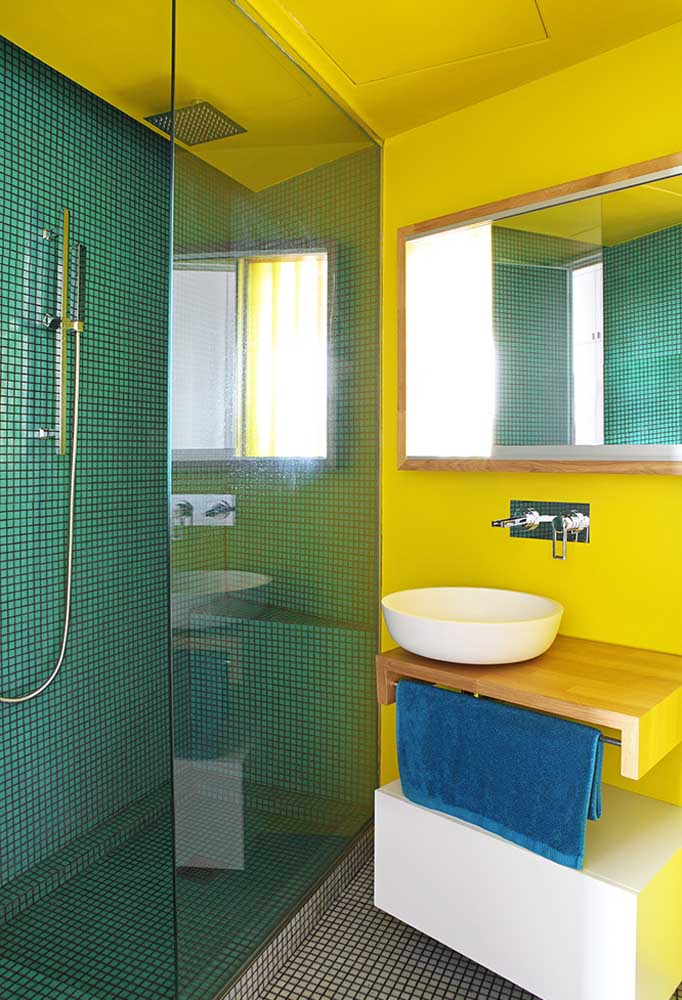 A cor amarela pode ser uma cor incomum para o banheiro. Mas se você souber fazer combinações, o resultado é perfeito.
