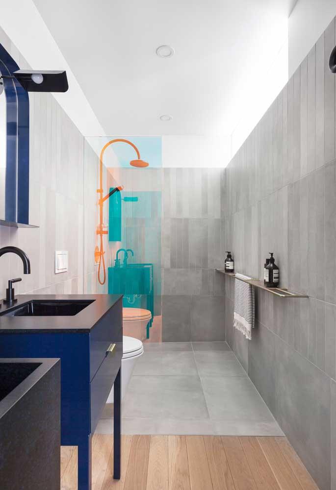 Você pode usar piso colorido para banheiro, mantendo a mesma cor na parede para deixar o ambiente uniforme.