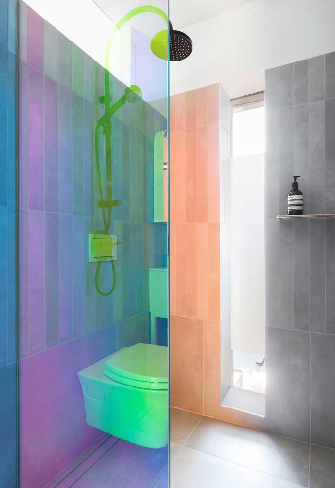O detalhe diferenciado fica por conta da cor usada no vidro do box que causa um efeito perfeito no ambiente.
