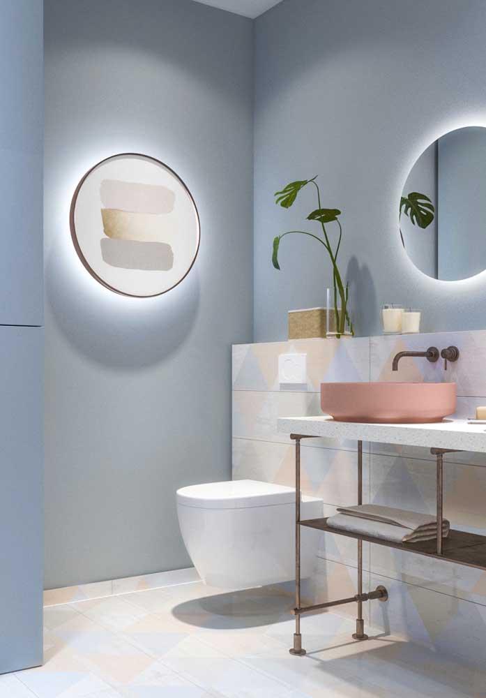 Na hora de escolher os acessórios do banheiro, prefira as opções com cores que combinam com o ambiente.