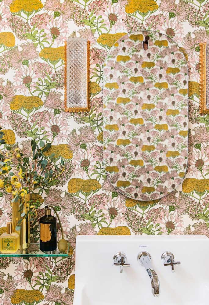 Aposte no papel de parede totalmente colorido para colocar na parede do banheiro e assim deixá-lo mais estiloso.