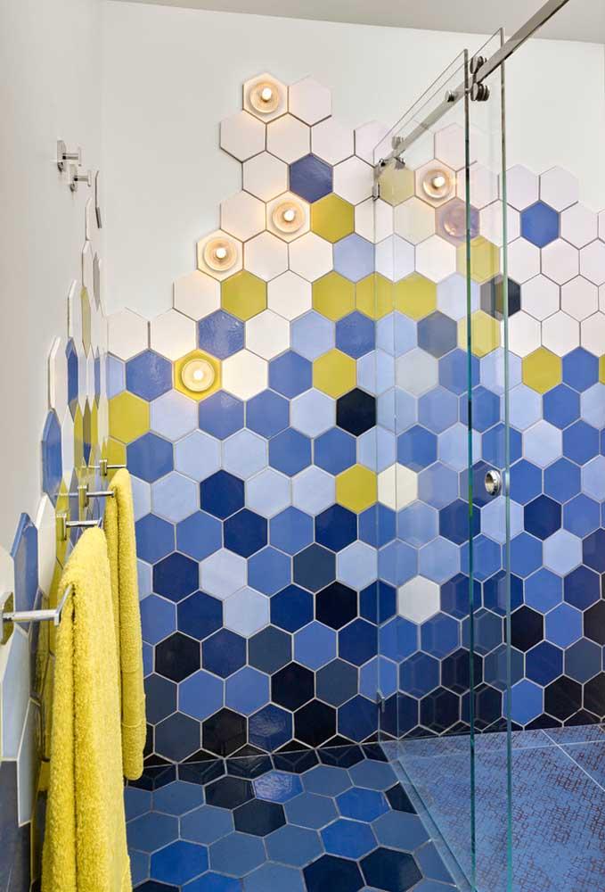 Os banheiros coloridos com pastilhas ficam um charme só, principalmente, quando há um equilíbrio nas cores.