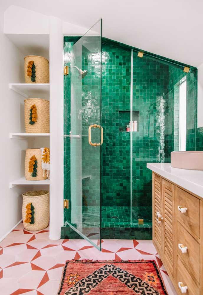 Olha como é possível deixar o banheiro colorido, usando uma pastilha de uma cor só, piso com duas cores e um tapete colorido.