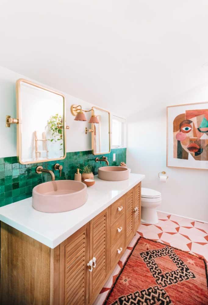 O charme fica por conta das cores escolhidas das peças como pia, torneira e espelho.