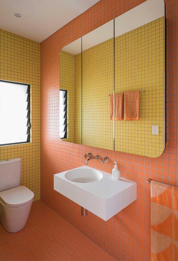 Olha que combinação perfeita: pastilhas amarelas em uma parede e pastilhas laranja em outra.