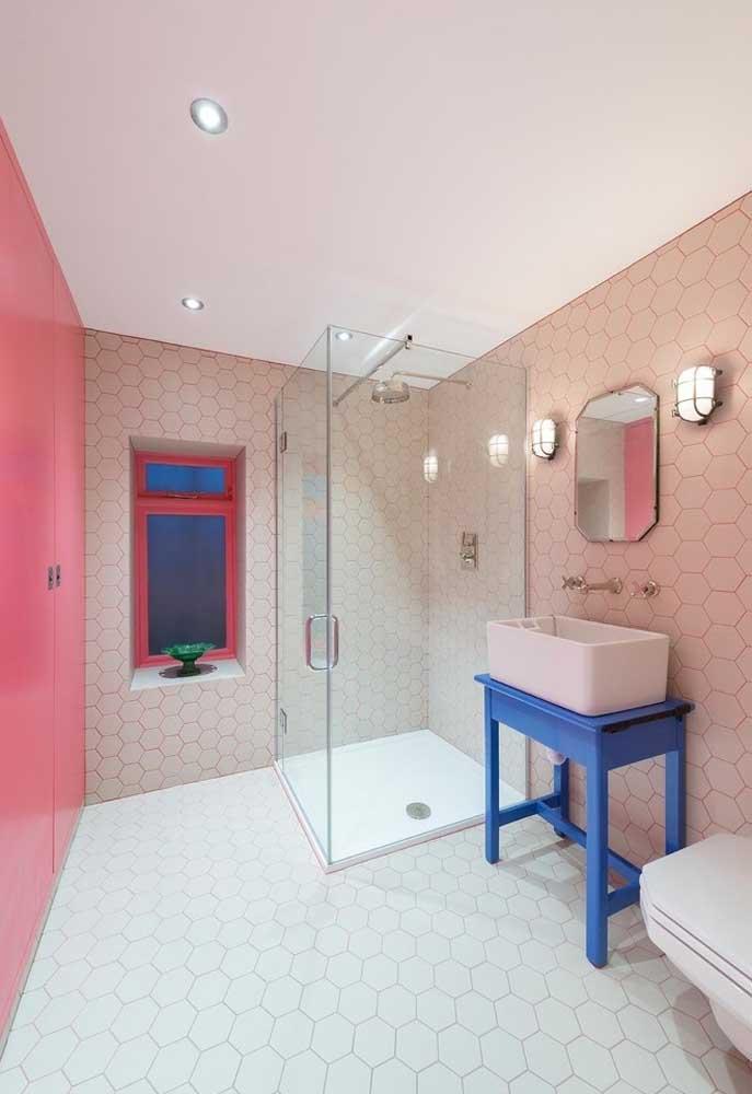 Para deixar o banheiro mais amplo, escolha pastilhas nos tons mais claros.