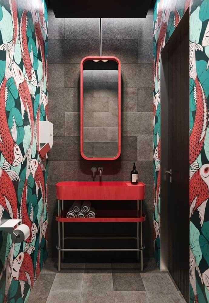 Se você deseja apostar em banheiros coloridos e modernos, use revestimento com cimento cru e combine com outros revestimentos coloridos.