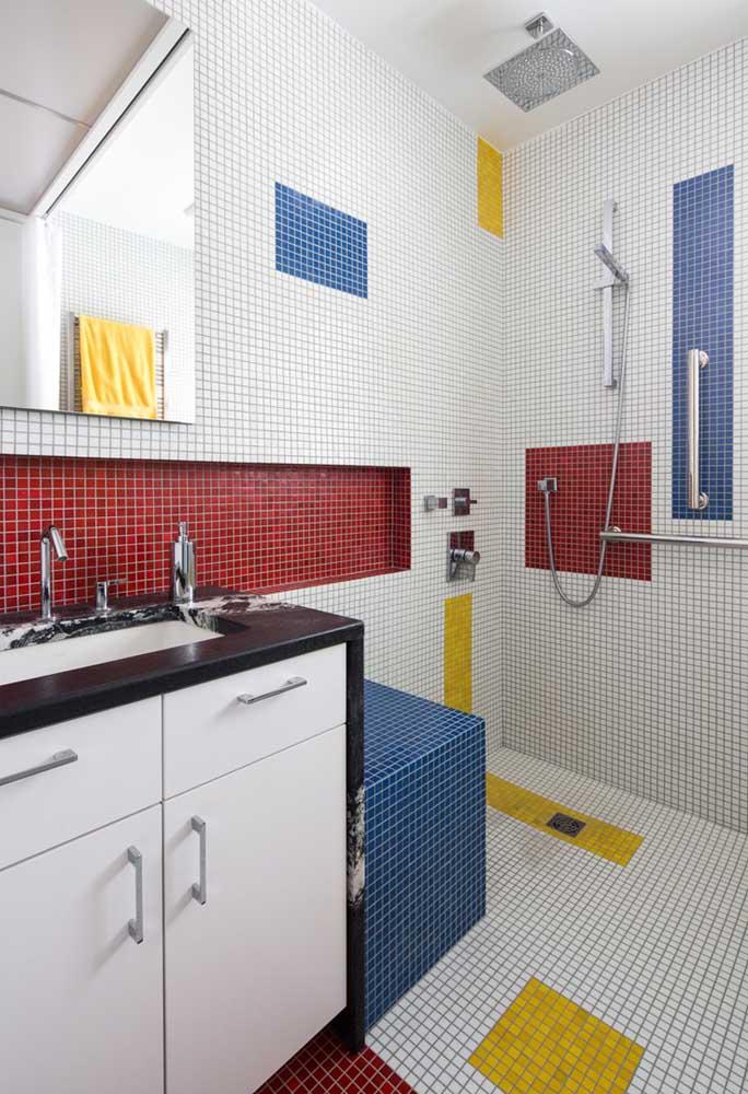 Brinque com as cores na hora de colocar as pastilhas no banheiro. Você pode usar cores fortes como o amarelo, vermelho e azul.