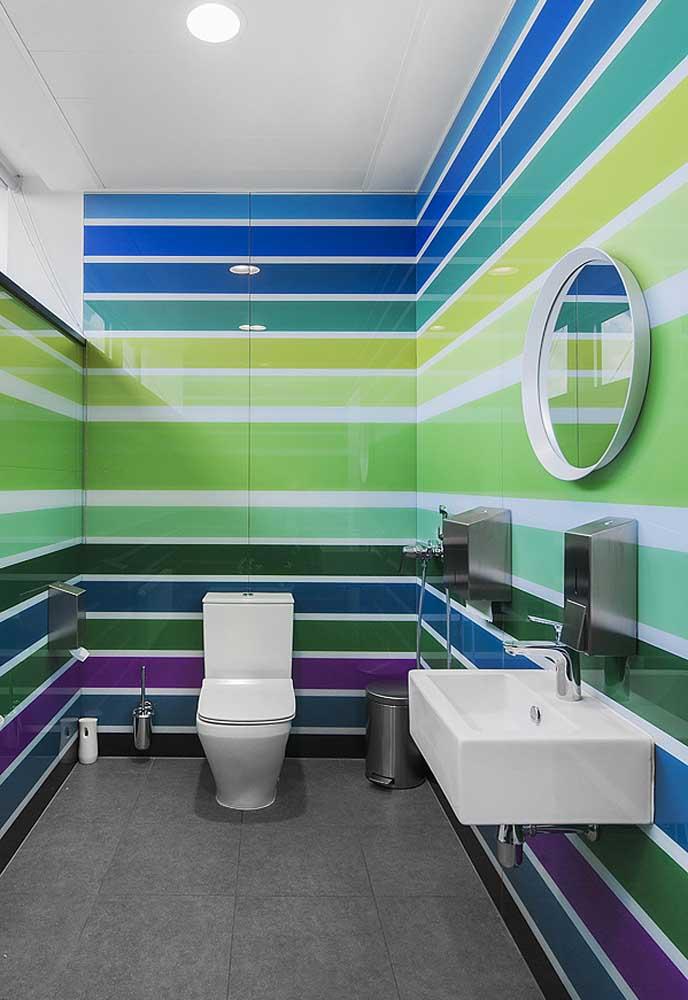 Que tal apostar em um banheiro colorido com revestimento seguindo linhas horizontais?