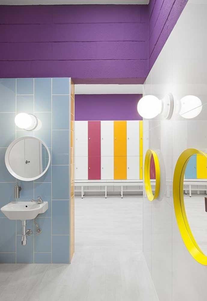 Quem disse que a cor amarela não combina com a cor roxa? Você pode combinar as duas cores na decoração do banheiro.