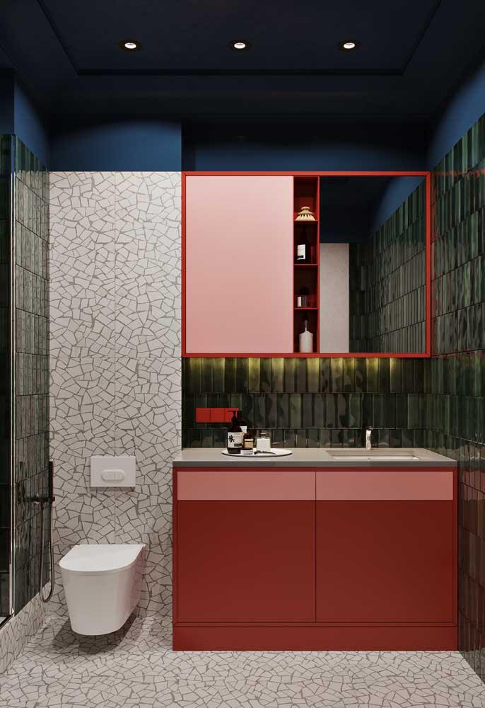 Nesse banheiro você percebe uma mistura de cores e texturas, presentes tanto nos móveis quanto nos revestimentos das paredes.
