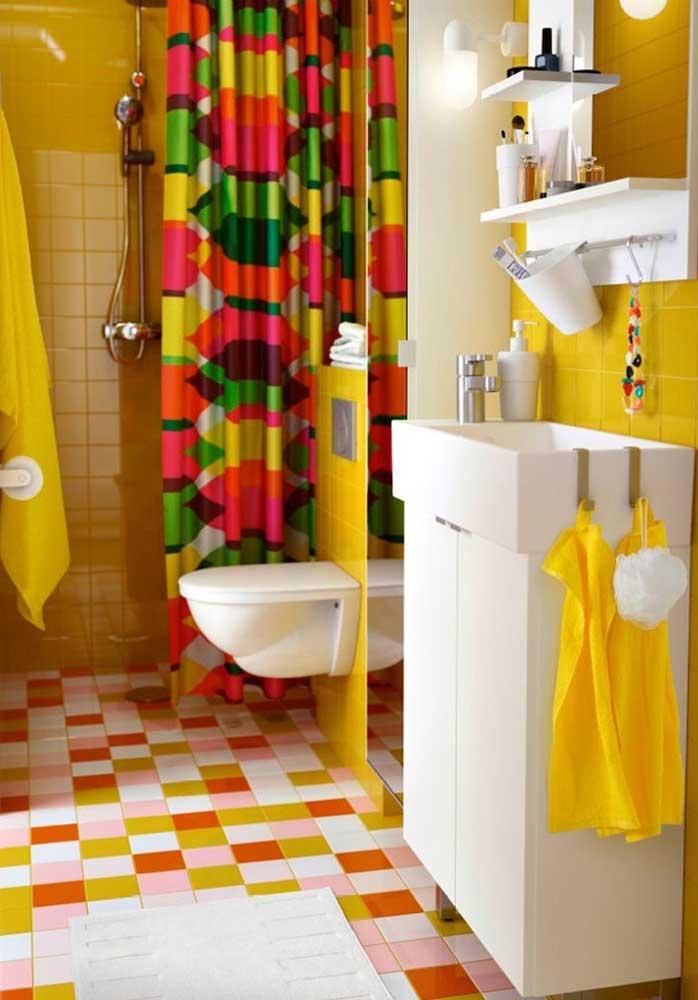 Quer um banheiro para chamar atenção? Use a cor amarela nos revestimentos, acessórios e objetos decorativos.