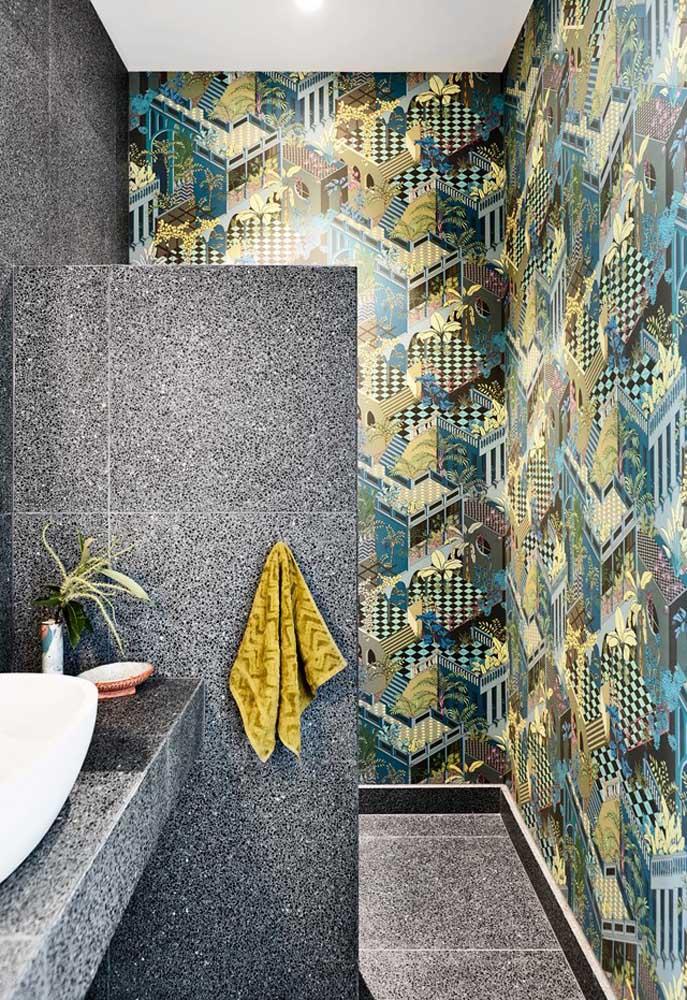 Procure por papel de parede ou azulejos com estampas diferenciadas para decorar o banheiro.