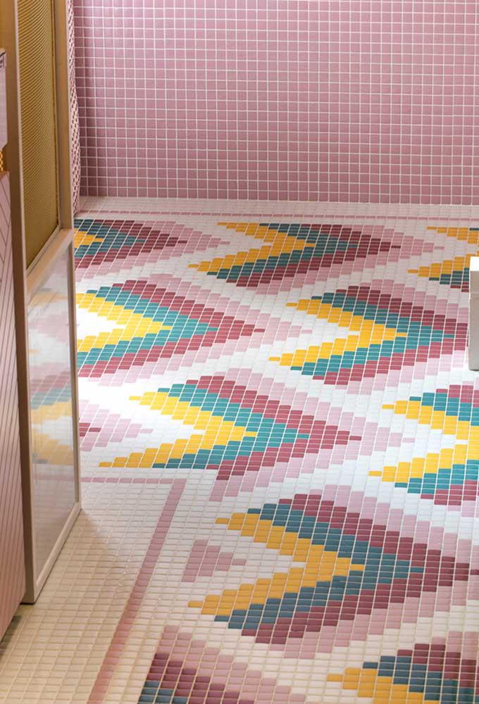 Olha que piso colorido e fantástico para combinar com as pastilhas escolhidas para o banheiro.