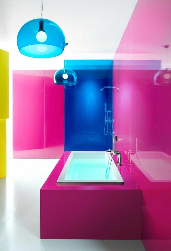 Aposte em cores mais intensas na hora de decorar o banheiro.
