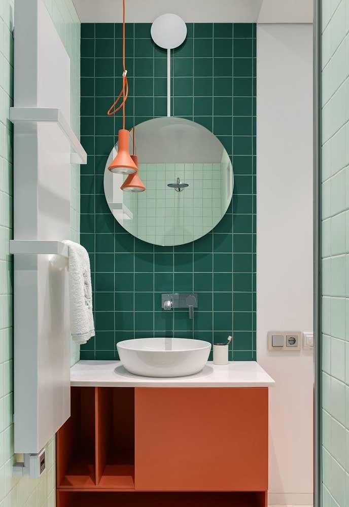 O colorido do banheiro pode está presente apenas no revestimento da parede da pia e na escolha do móvel.