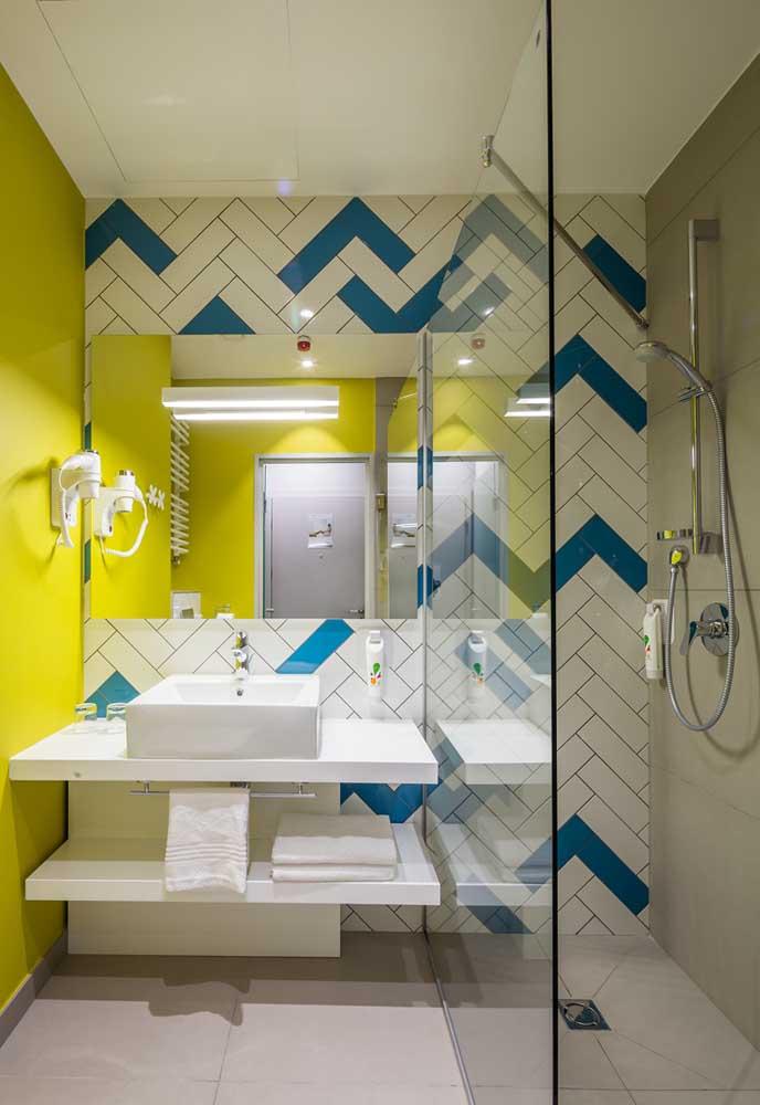 Você pode pintar uma determinada parede do banheiro com uma cor só e na outra parede usar azulejos diferenciados.