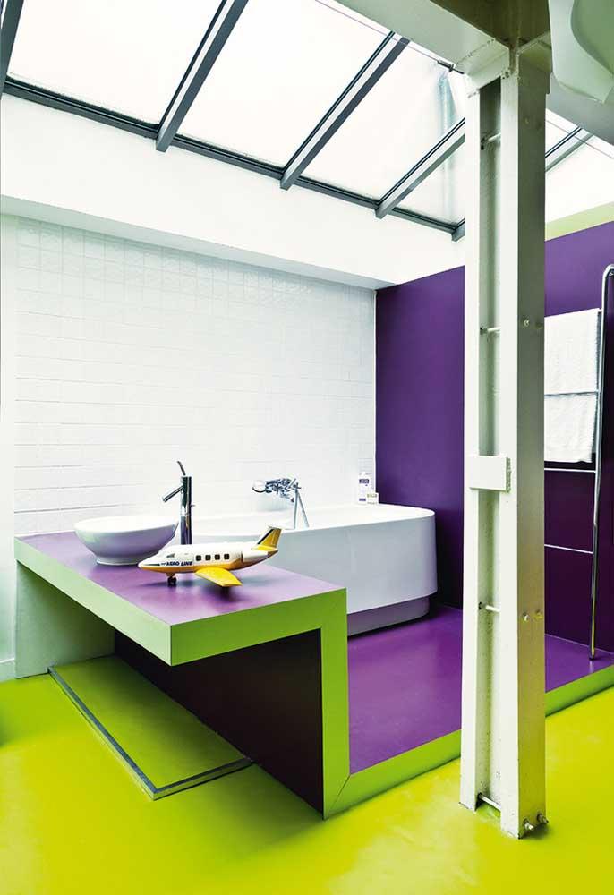 Para pintar áreas molhadas do banheiro, use tintas impermeáveis para não danificar.