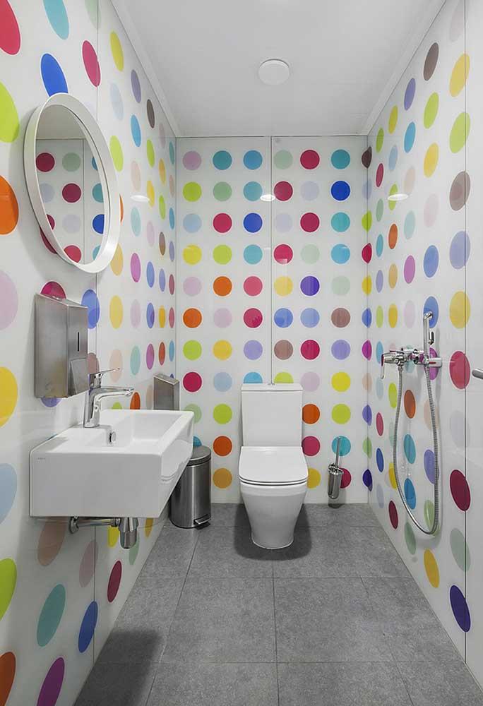 Que tal use um revestimento com bolinhas para deixar o banheiro mais divertido?