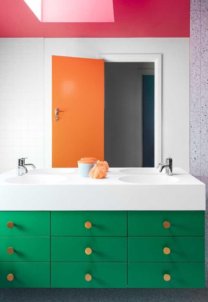 As cores podem está presentes em itens como os móveis, o teto e a porta.