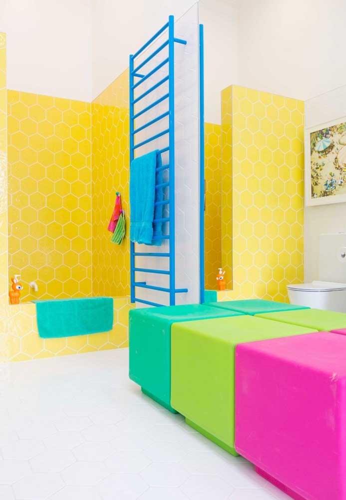 Mas para deixar o ambiente mais colorido, aposte em móveis de diversas cores.