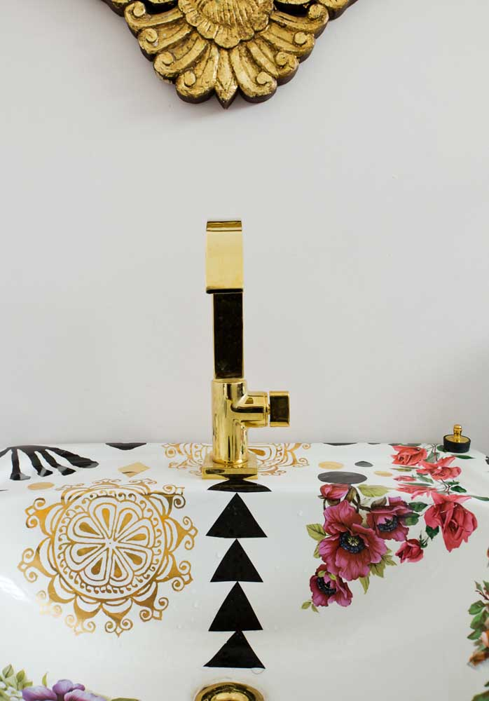 Capriche na escolha dos acessórios e objetos decorativos se deseja ter um banheiro colorido.